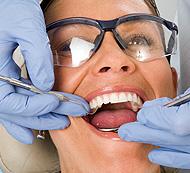 Mujer en el Dentista - Servicio de Periodoncia - Tratamiento de Encías